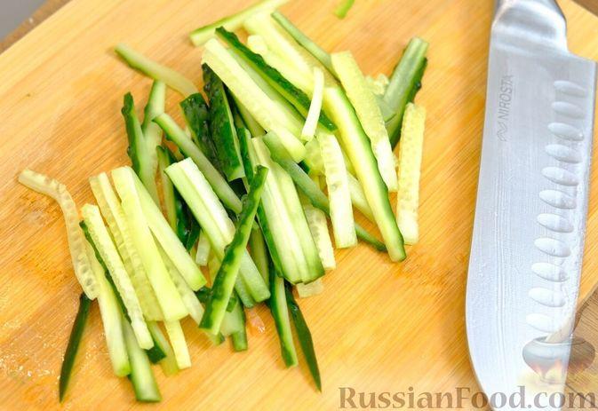 Фото приготовления рецепта: Праздничный лёгкий салат с сёмгой и авокадо (без майонеза) - шаг №2
