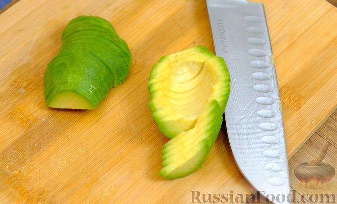 Фото приготовления рецепта: Праздничный лёгкий салат с сёмгой и авокадо (без майонеза) - шаг №4