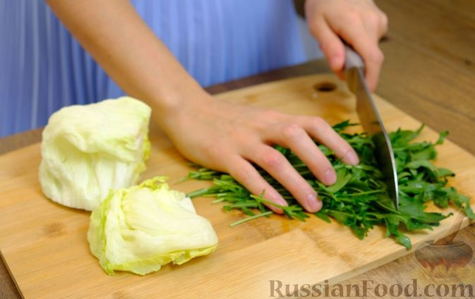 Фото приготовления рецепта: Праздничный лёгкий салат с сёмгой и авокадо (без майонеза) - шаг №5