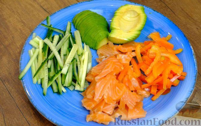 Фото приготовления рецепта: Праздничный лёгкий салат с сёмгой и авокадо (без майонеза) - шаг №6