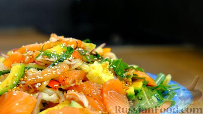 Фото к рецепту: Праздничный лёгкий салат с сёмгой и авокадо (без майонеза)