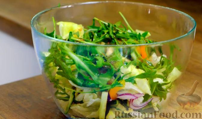 Фото приготовления рецепта: Праздничный лёгкий салат с сёмгой и авокадо (без майонеза) - шаг №9