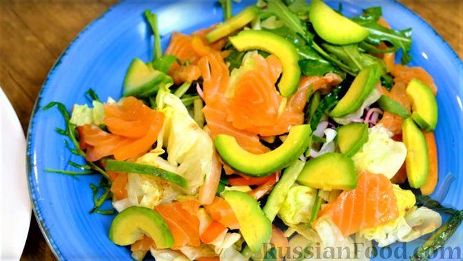 Фото приготовления рецепта: Праздничный лёгкий салат с сёмгой и авокадо (без майонеза) - шаг №10