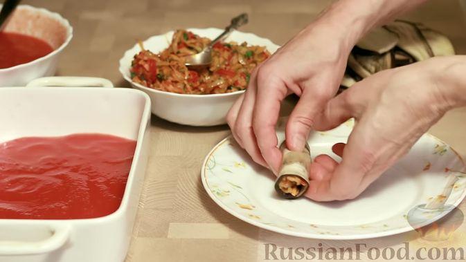 Фото приготовления рецепта: Рулетики из баклажанов, маринованные в томатном соусе - шаг №13