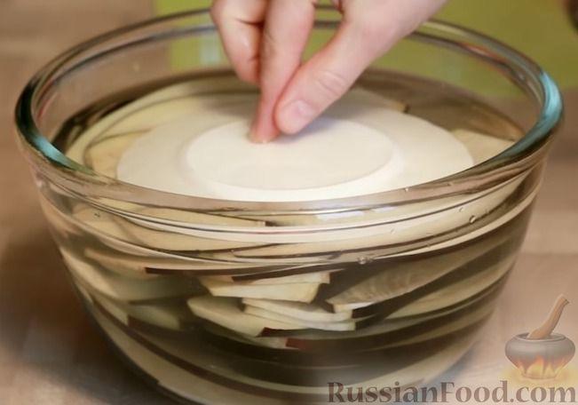 Фото приготовления рецепта: Рулетики из баклажанов, маринованные в томатном соусе - шаг №3