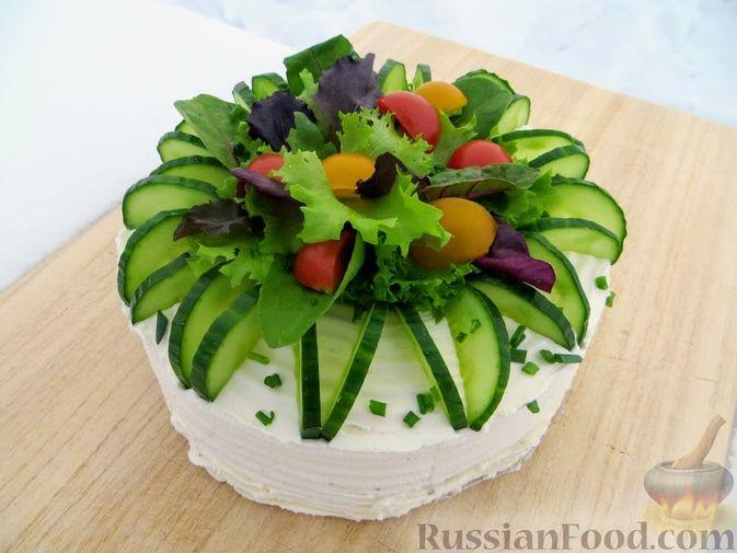 Фото к рецепту: Мясной закусочный торт с грибами и маринованными огурцами