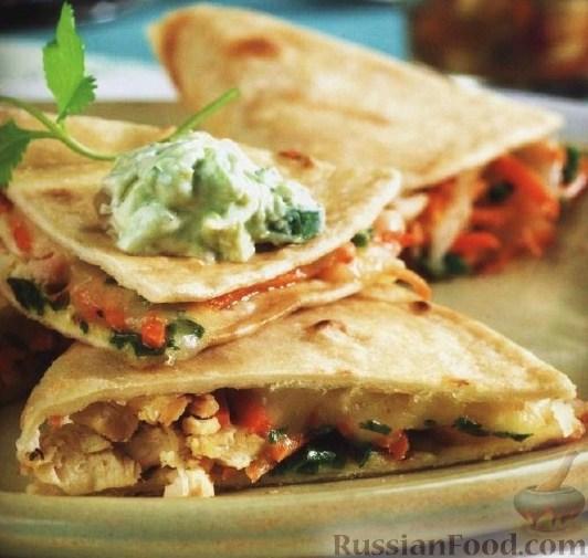 Рецепт Куриные кесадильи с фруктовой сальсой и соусом из авокадо