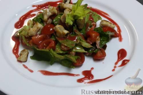 Фото к рецепту: Салат из кролика и раковых шеек под малиновым винегретом