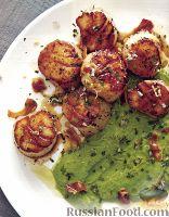 Фото к рецепту: Морские гребешки с гороховым пюре и панчеттой