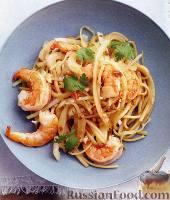 Фото к рецепту: Лапша с креветками и капустой