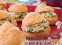Фото к рецепту: Сырные профитроли со шпинатом и артишоками