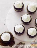 Фото к рецепту: Шоколадные кексы с кремом-меренгой