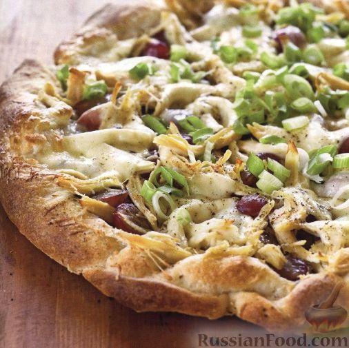 Рецепт Пицца с курицей, виноградом, сыром и соусом песто