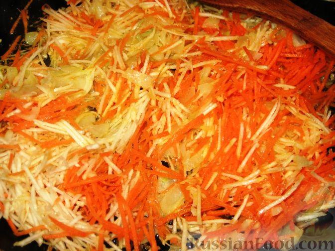 Фото приготовления рецепта: Суп с куриными фрикадельками и кольраби - шаг №3
