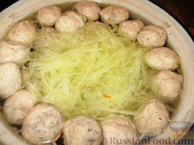 Фото приготовления рецепта: Суп с куриными фрикадельками и кольраби - шаг №5