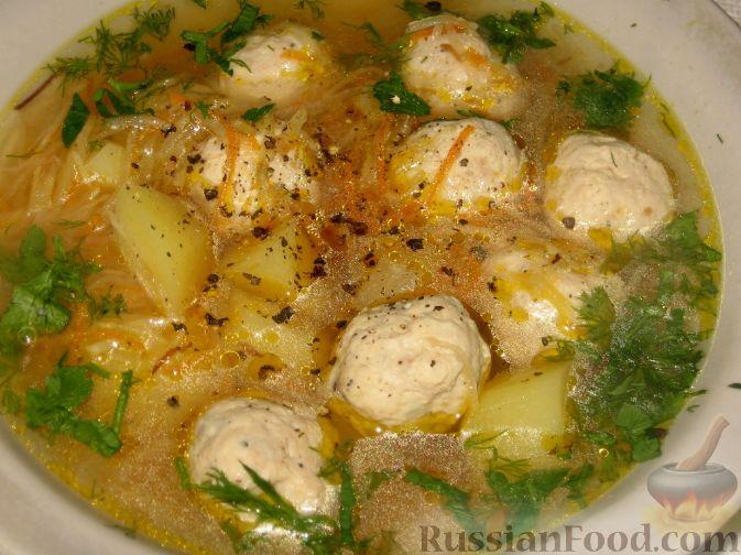 Фото приготовления рецепта: Суп с куриными фрикадельками и кольраби - шаг №6