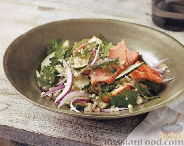 Рецепт Салат из булгура, лосося, огурца и красного лука
