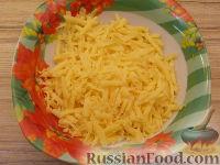 Фото приготовления рецепта: Салат из курицы с шампиньонами и сыром - шаг №7