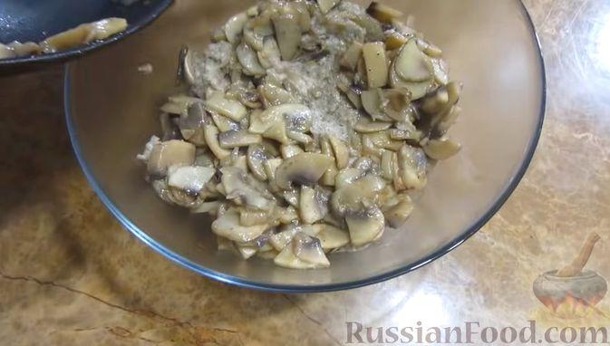 Фото приготовления рецепта: Мясной закусочный торт с грибами и маринованными огурцами - шаг №9
