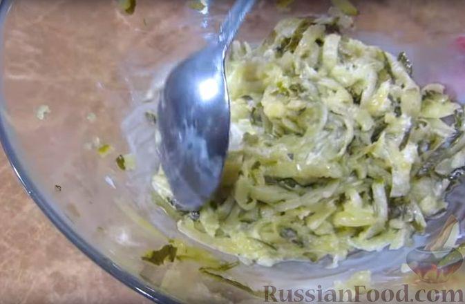 Фото приготовления рецепта: Мясной закусочный торт с грибами и маринованными огурцами - шаг №11
