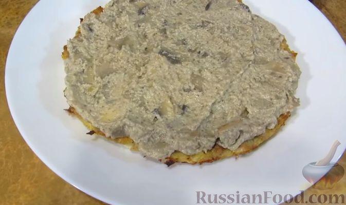 Фото приготовления рецепта: Мясной закусочный торт с грибами и маринованными огурцами - шаг №12