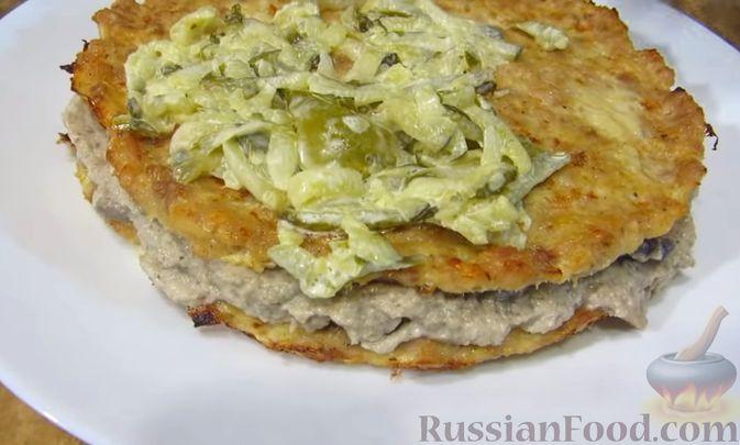 Фото приготовления рецепта: Мясной закусочный торт с грибами и маринованными огурцами - шаг №13
