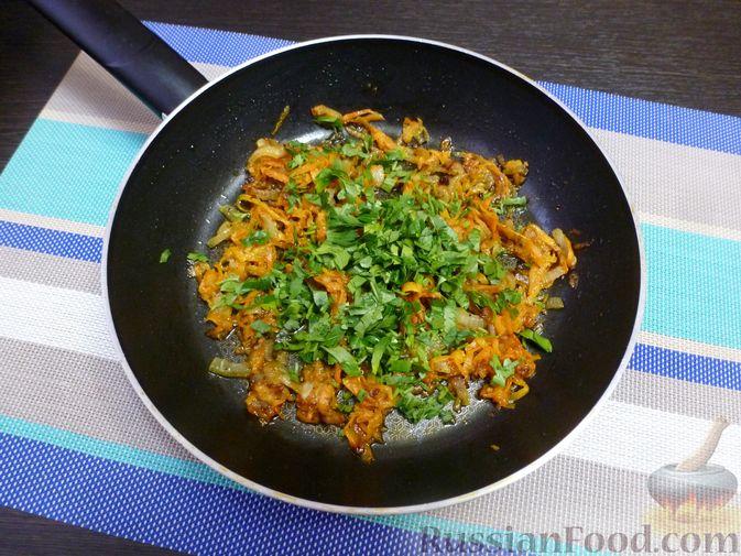Фото приготовления рецепта: Курица, тушенная с квашеной капустой - шаг №12
