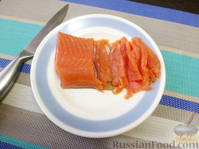 Фото приготовления рецепта: Праздничный салат с красной рыбой и хурмой - шаг №4