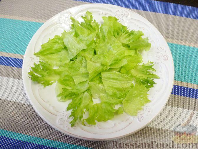 Фото приготовления рецепта: Праздничный салат с красной рыбой и хурмой - шаг №6