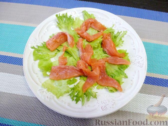 Фото приготовления рецепта: Праздничный салат с красной рыбой и хурмой - шаг №7