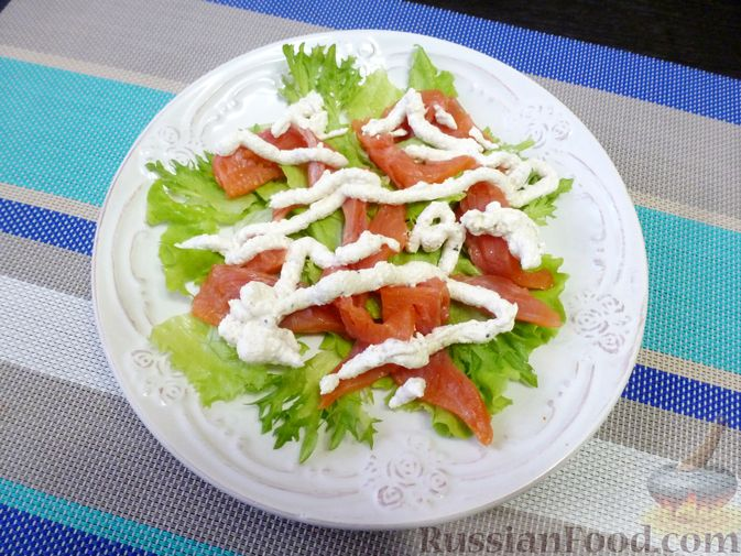 Фото приготовления рецепта: Праздничный салат с красной рыбой и хурмой - шаг №8