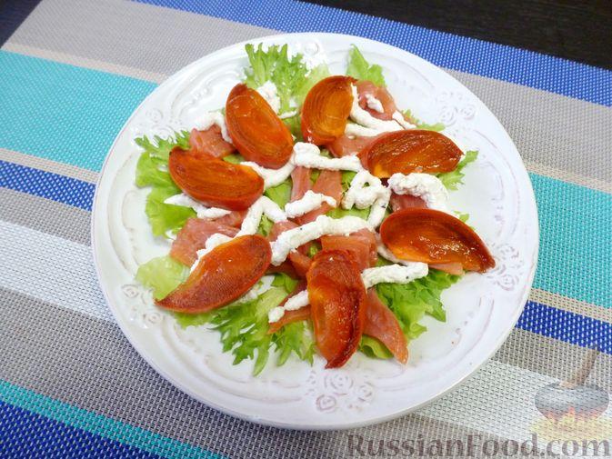 Фото приготовления рецепта: Праздничный салат с красной рыбой и хурмой - шаг №9