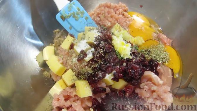 Фото приготовления рецепта: Куриный террин с клюквой и сыром - шаг №10
