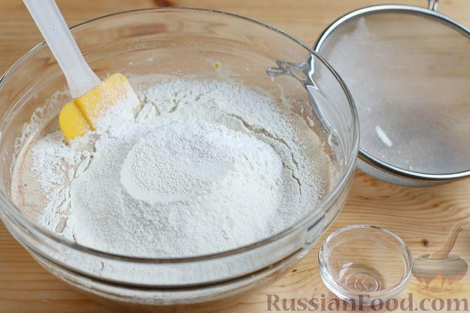 Фото приготовления рецепта: Кекс с айвой и орехами - шаг №7