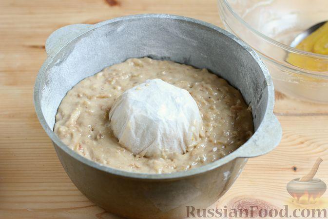 Фото приготовления рецепта: Кекс с айвой и орехами - шаг №8