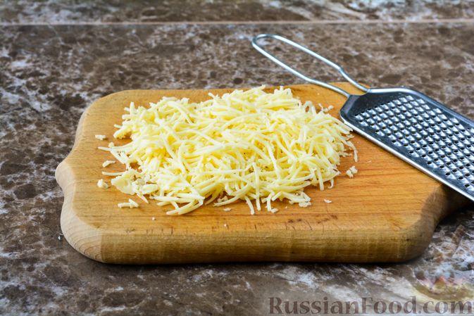 Фото приготовления рецепта: Слоёный салат с курицей, черносливом и орехами - шаг №6