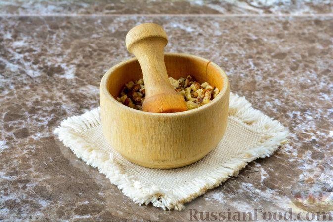 Фото приготовления рецепта: Слоёный салат с курицей, черносливом и орехами - шаг №15