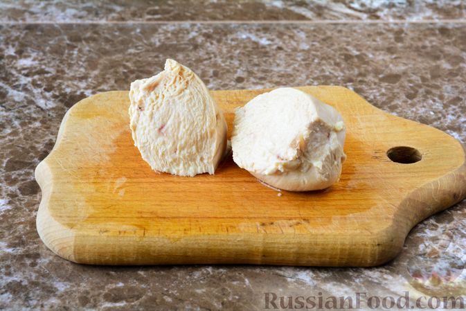 Фото приготовления рецепта: Слоёный салат с курицей, черносливом и орехами - шаг №2