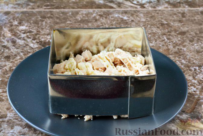 Фото приготовления рецепта: Слоёный салат с курицей, черносливом и орехами - шаг №9