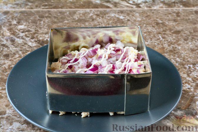 Фото приготовления рецепта: Слоёный салат с курицей, черносливом и орехами - шаг №10