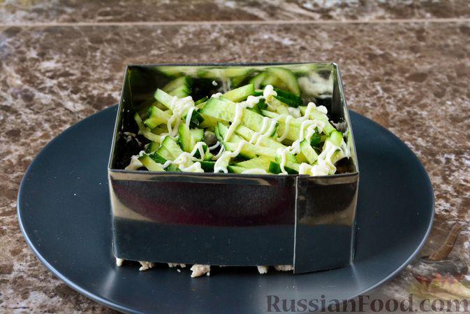 Фото приготовления рецепта: Слоёный салат с курицей, черносливом и орехами - шаг №12