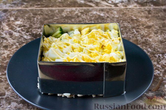 Фото приготовления рецепта: Слоёный салат с курицей, черносливом и орехами - шаг №13