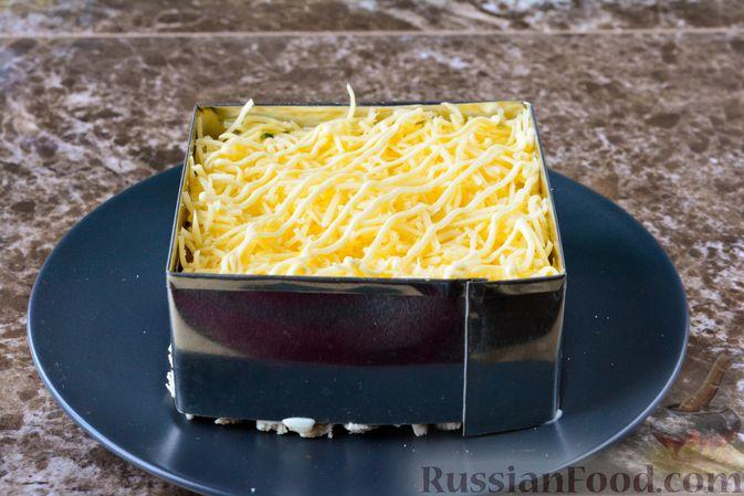 Фото приготовления рецепта: Слоёный салат с курицей, черносливом и орехами - шаг №14