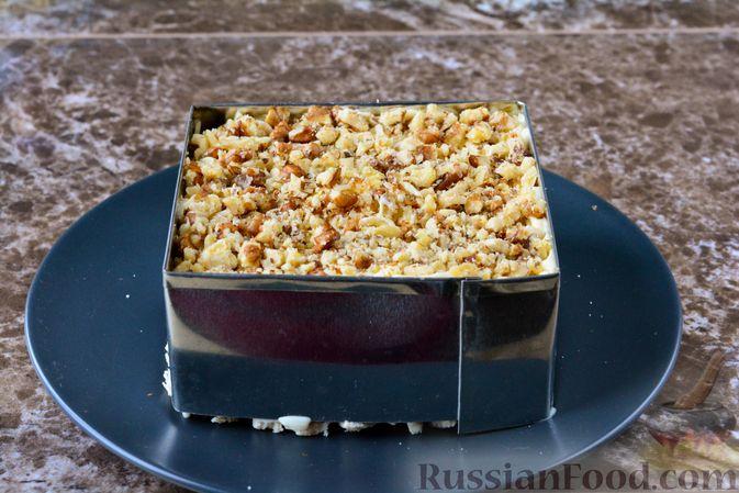 Фото приготовления рецепта: Слоёный салат с курицей, черносливом и орехами - шаг №16
