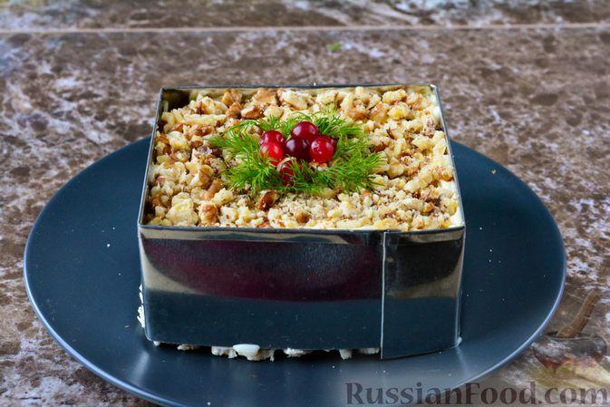 Фото приготовления рецепта: Слоёный салат с курицей, черносливом и орехами - шаг №17