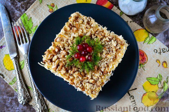 Фото приготовления рецепта: Слоёный салат с курицей, черносливом и орехами - шаг №18