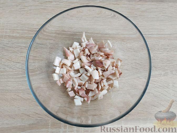 Фото приготовления рецепта: Салат из кальмаров и ананасов - шаг №3