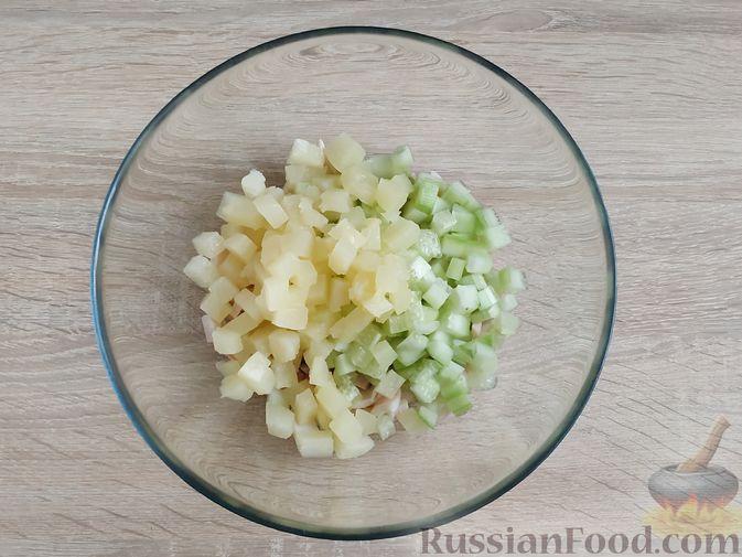 Фото приготовления рецепта: Салат из кальмаров и ананасов - шаг №5