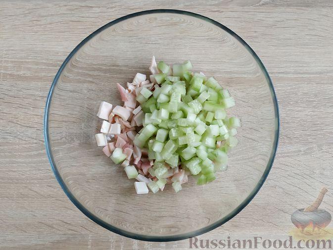 Фото приготовления рецепта: Салат из кальмаров и ананасов - шаг №4
