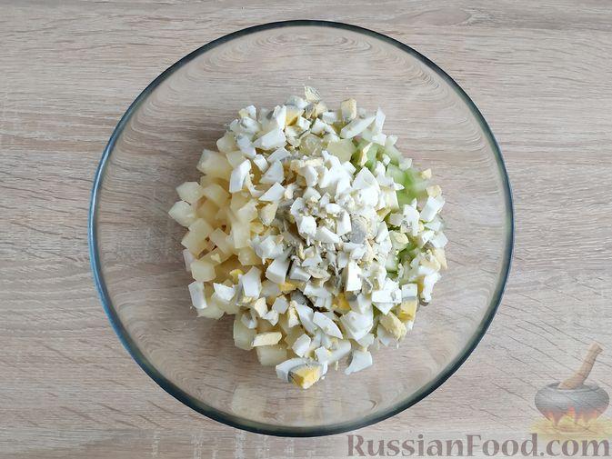 Фото приготовления рецепта: Салат из кальмаров и ананасов - шаг №6